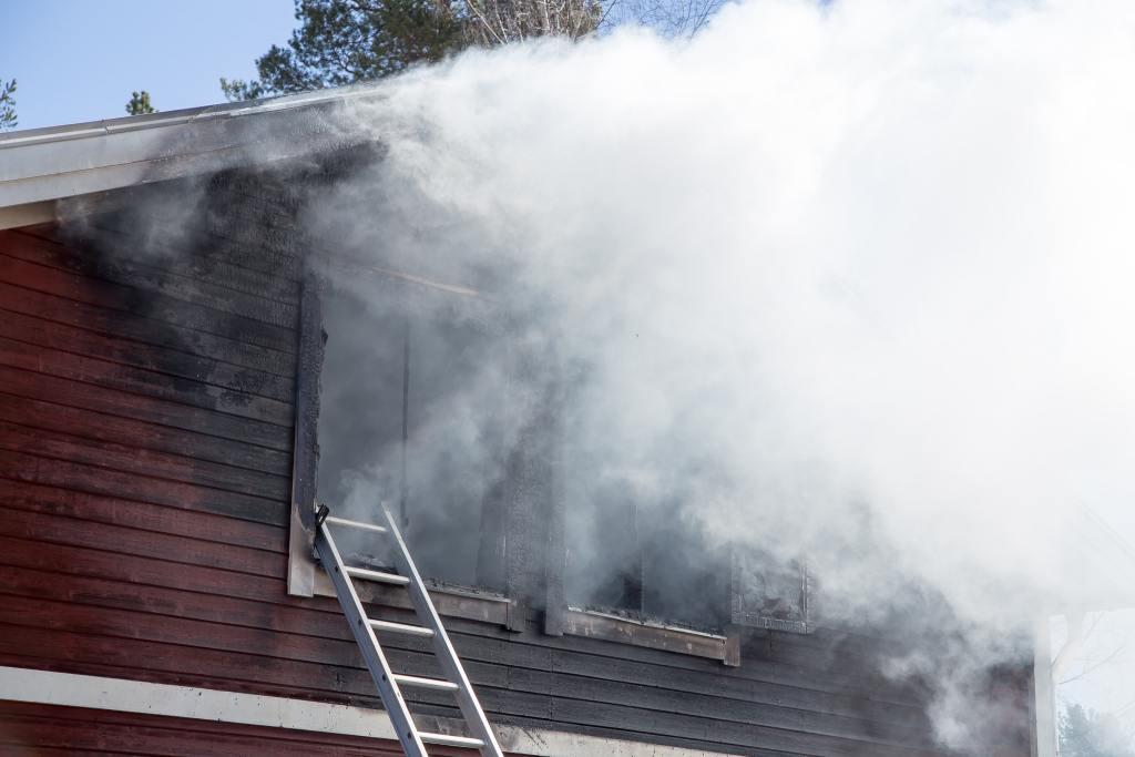 Lägenhet totalförstörd vid brand på Myrgränd