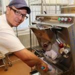 Pär-Anton gör glass i stora lass