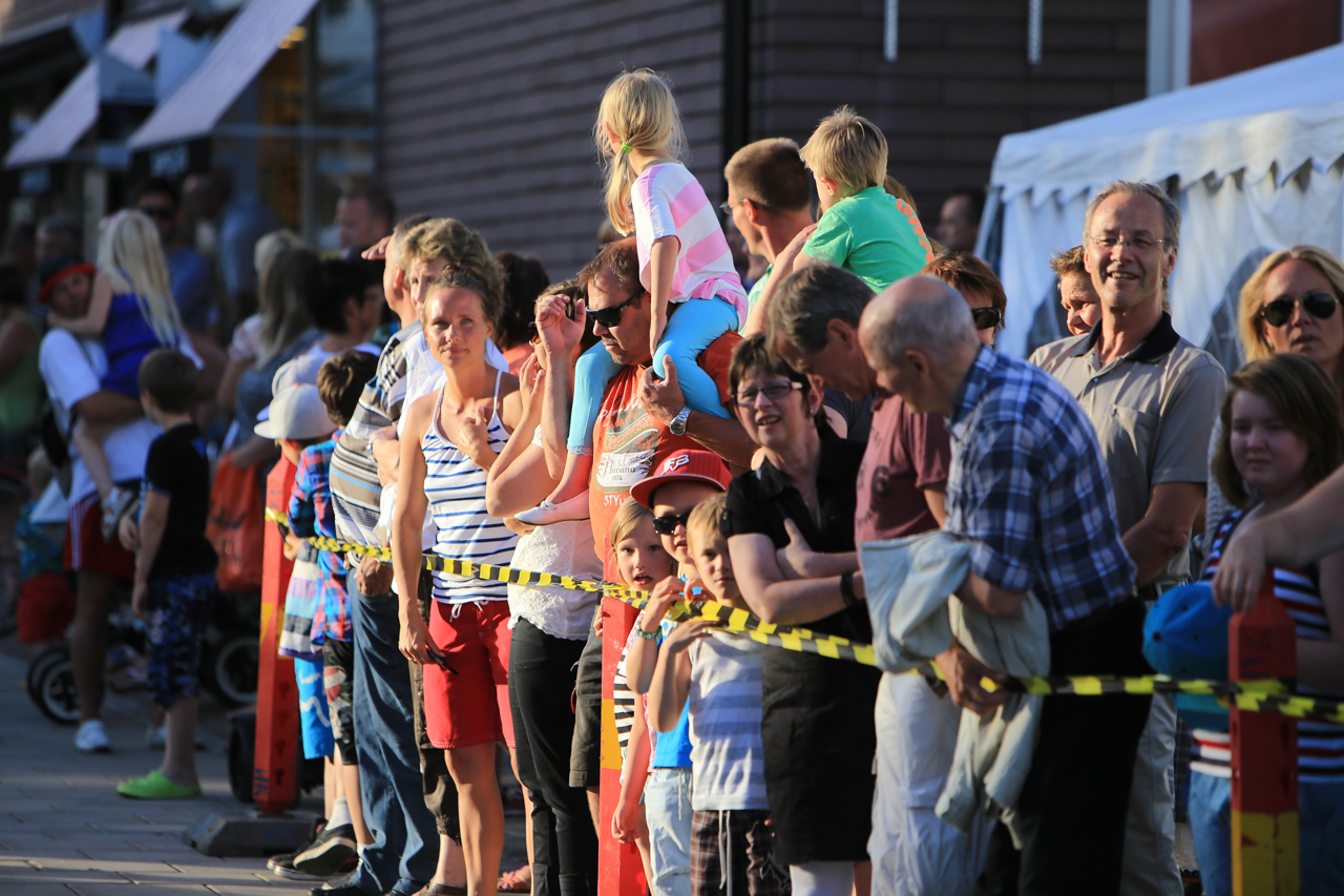 Många hade samlats för att följa TH-skubbet i den sköna sommarkvällen. Foto: Morgan Grip