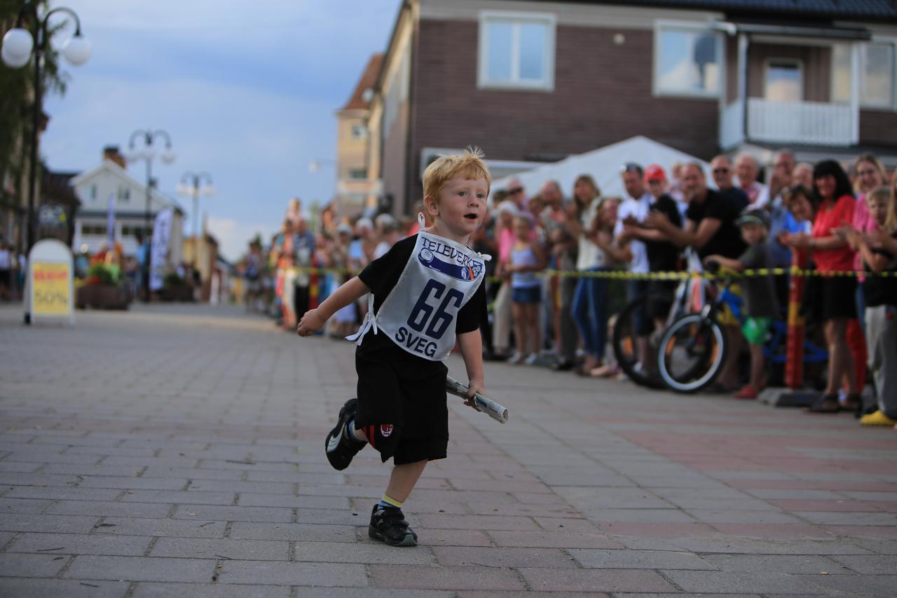 Albin Fundin sprang sista sträckan för Ada & Arvid. Han var så laddad att han fortsatte att springa även efter målgången. Foto: Morgan Grip