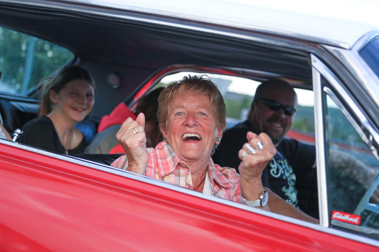 Inger Olsson cruisade runt Sveg med Hans Andersson i hans Chevrolet Impala. Foto: Morgan Grip