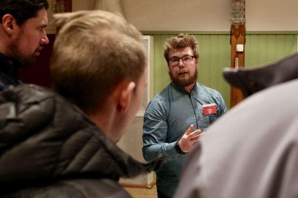 Björn Wedin, projektingenjör vid Trafikverket här i samspråk med SFU och Visit Sveg om E45:ans framtid i Svegsområdet. Foto: Morgan Grip