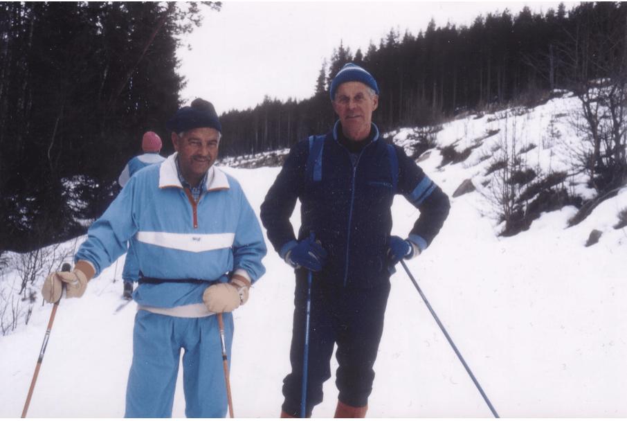 Gammalt foto från 1989 längs gamla spåret mellan Sätervallen och Lassbodarna. Gunnar Gudmundsson (1918-1999) och Olle Hansson (1924-1994), båda passionerade längdåkare som höll Sveg varmt om hjärtat. Gunnar verksam som flygkapten vid inrikesflyget, bland annat Linjeflyg, föregångaren till SAS Inrikes, och Olle under alla sina arbetsår järnvägstjänsteman vid SJ i Sveg. Det nya spåret till Lassbodarna startar bredvid Hurtigruttsvägen (nedan Sportstugan) och följer vägen ner till Jakttorget och sedan upp till Lassbodarna. Foto: Mats Haldosén