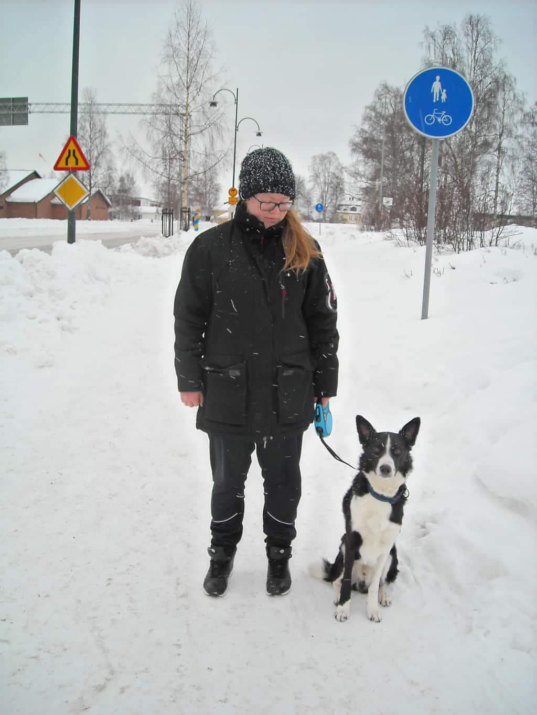 Hundpromenader ger också hälsa och välbefinnande. Något Jennifer Svensson med vackra hunden, border collien Joule, ägnar sig åt. Namnet på hunden kommer från energienheten (SI-enheten) joule. Foto: Mats Haldosén