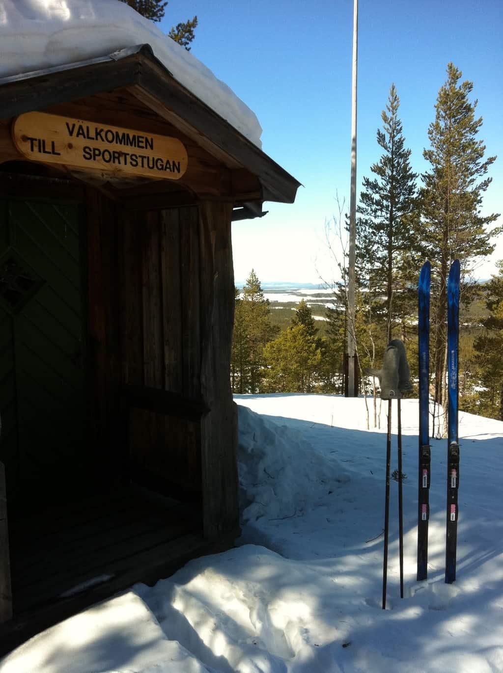 """Sportstugan är ett annat utflyktsmål, populärt värre på 40-, 50- och 60-talen där det skidades för fullt i """"Lill-stupet"""" och """"Stor-stupet"""" och varm korv med bröd och lingonsaft att gotta sig med därinne i stugan. Foto: Lars-Arne Haldosén"""