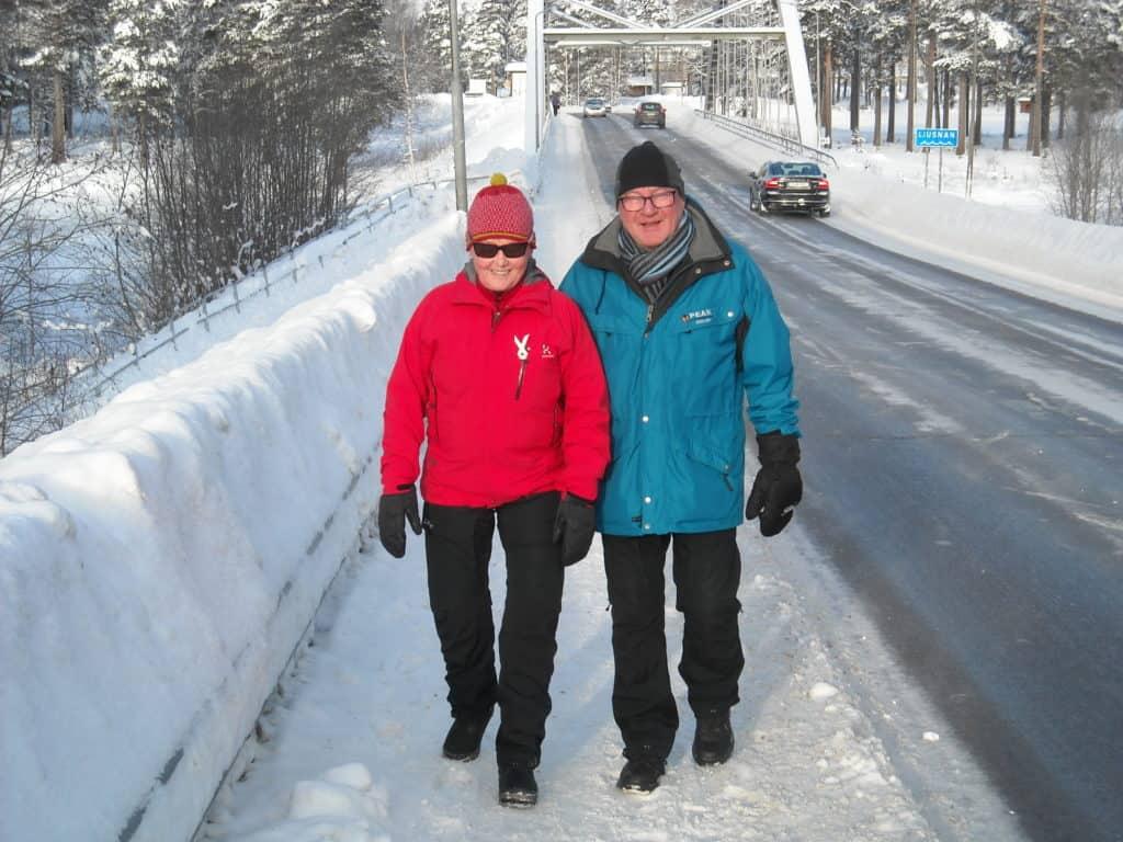 """""""Brorundan-folket"""", här representerat av Lisbeth och Kjell Olausson som tycker sträckan på cirka 6 km, farstu till farstu, är alldeles lämplig. """"Ger oss puls och möten med trevligt folk som man kan växla några ord med. Kortare samtal vintertid, det motsatta sommartid"""" säger Kjell med ett leende. Foto: Mats Haldosén"""