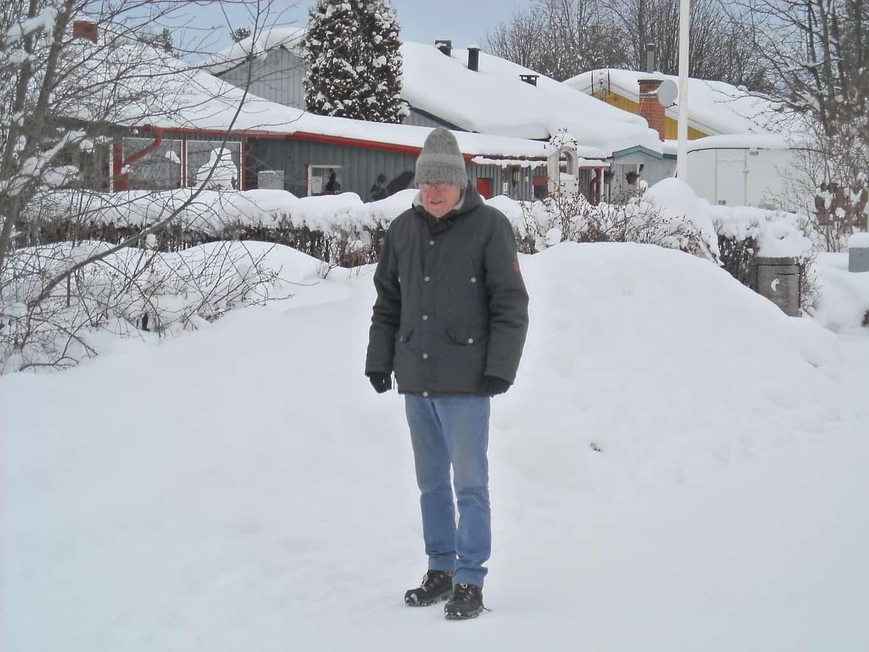 Kallt? Jojomensan. Här gäller det att inte stå stilla i det periodvis mycket kalla Sveg, som allra värst minus 31 grader i vinter. Här Sture Hallstensson som varje dag, tidig morgon och senare på dagen, gör sina promenadrundor i det inre av Sveg. Promenader på omkring cirka timman. Här längs Gränsgatan där han växte upp och nu hemflyttad från Stockholm efter 38 år där han var verksam inom bank- och finansvärlden. Foto: Mats Haldosén