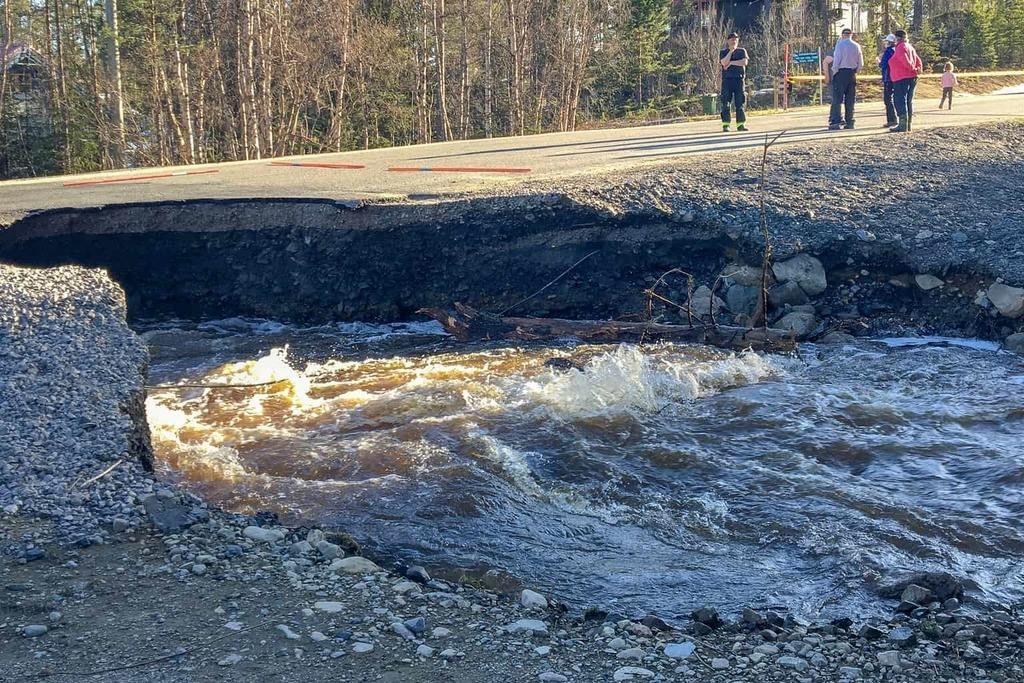 Väg 502 i Lofsdalen har rasat – i år igen. Foto: Jonas Stenberg