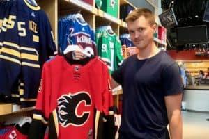 Svegsfostrade backstjärnan, Marcus Högström lämnar nu Djurgården och Sverige, han har skrivit på ett ettårigt kontrakt med Calgary Flames i NHL. Foto: Privat