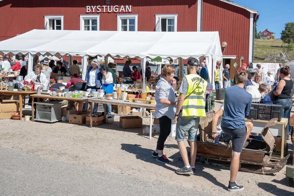Ingen sommar utan den stora loppisen i Överberg. Foto: Morgan Grip