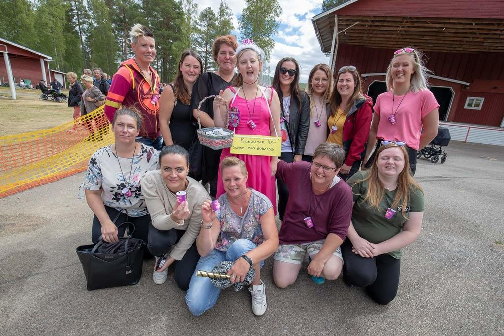 Den blivande bruden Helena Anderssons vänner hade tagit med henne till Storön för möhippa. Foto: Morgan Grip