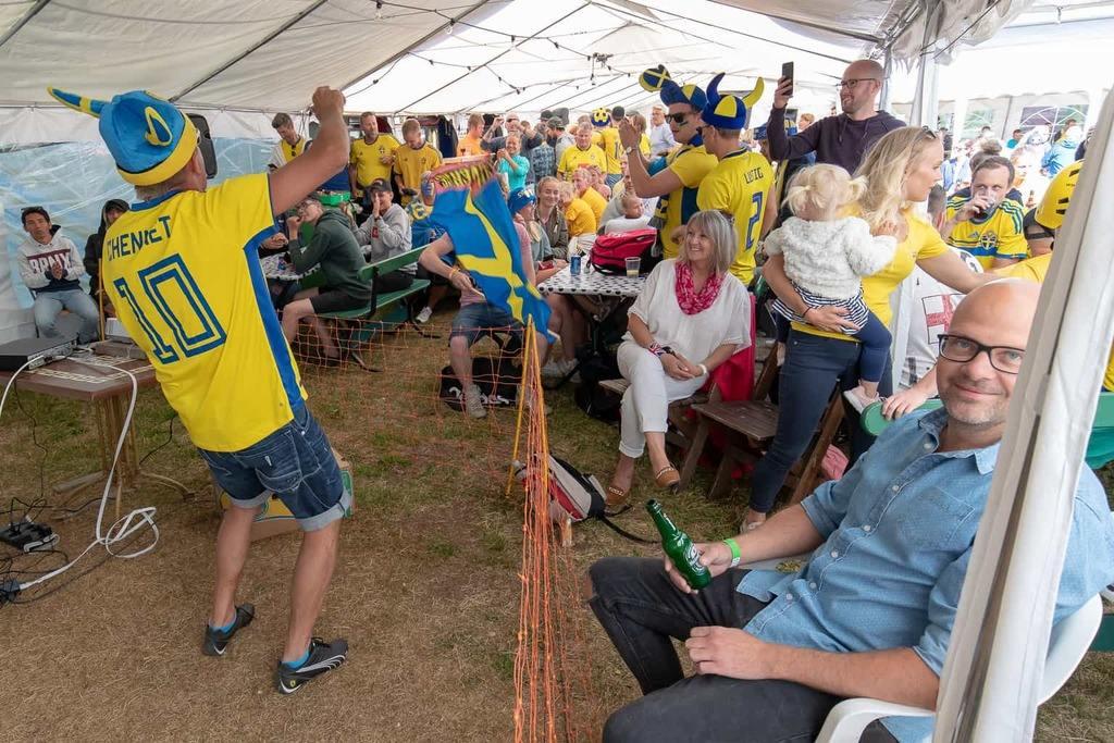 Stämningen var hög i serveringstältet inför Sveriges kvartsfinal mot England på lördagseftermiddagen. Foto: Morgan Grip