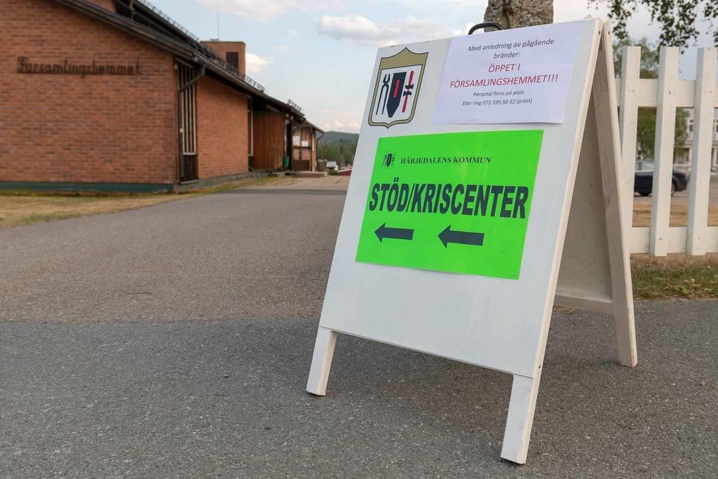 Församlingshemmen i Sveg och Lillhärdal står öppen åtminstone tills i onsdagseftermiddag för nödställda och brandpersonal. Där finns fika, krishantering, samordning av boende, information till turister som behöver råd vid vägval och liknande. Foto: Morgan Grip
