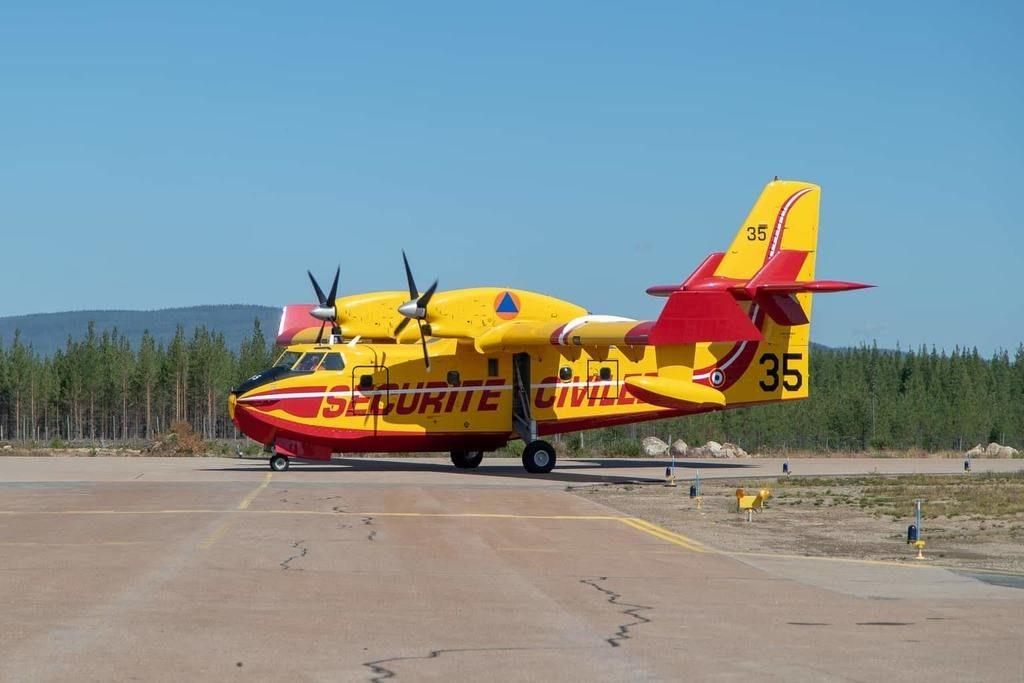 Ett av de franska brandflygen har precis landat på Härjedalen Sveg Airport för ännu en tankning. Foto: Morgan Grip