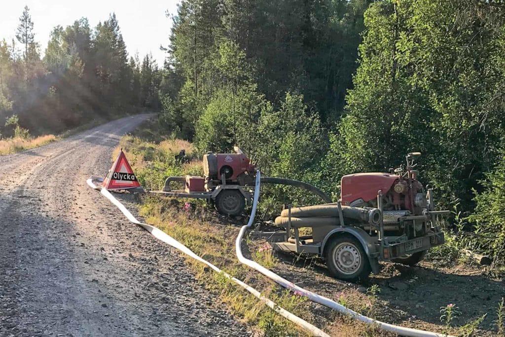 Norrälvsvägen nu på måndagsmorgonen där räddningstjänsten kämpat med en skogsbrand vid Granåsen. Foto: Läsarbild