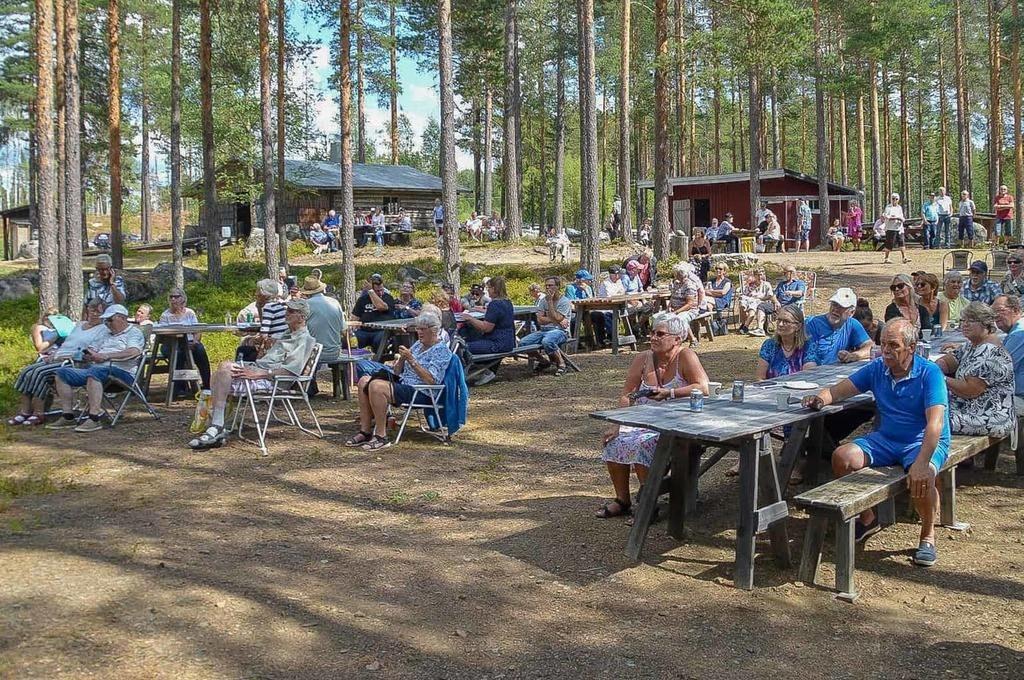 Den trogna publiken trivdes även i år i Ängersjö Kojby dit Stefan Ström hade tagit med sig några av sina musikvänner. 150 besökare fick njuta av fin musik och härlig stämning och kolbullarna langades på löpande band. Foto: Peder Carlsson