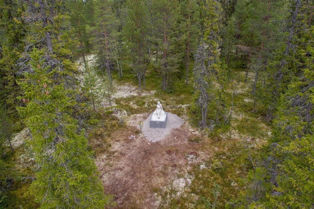 Mitt ute i de djupa skogarna väster om Lillhärdal har Greta Garbo-statyn ställts ut. Foto: Morgan Grip