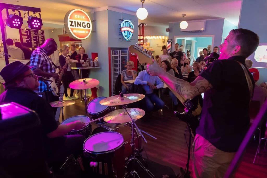 Bluestrion Shady Frank fyllde Café Cineast med både blues och publik. Foto: Morgan Grip