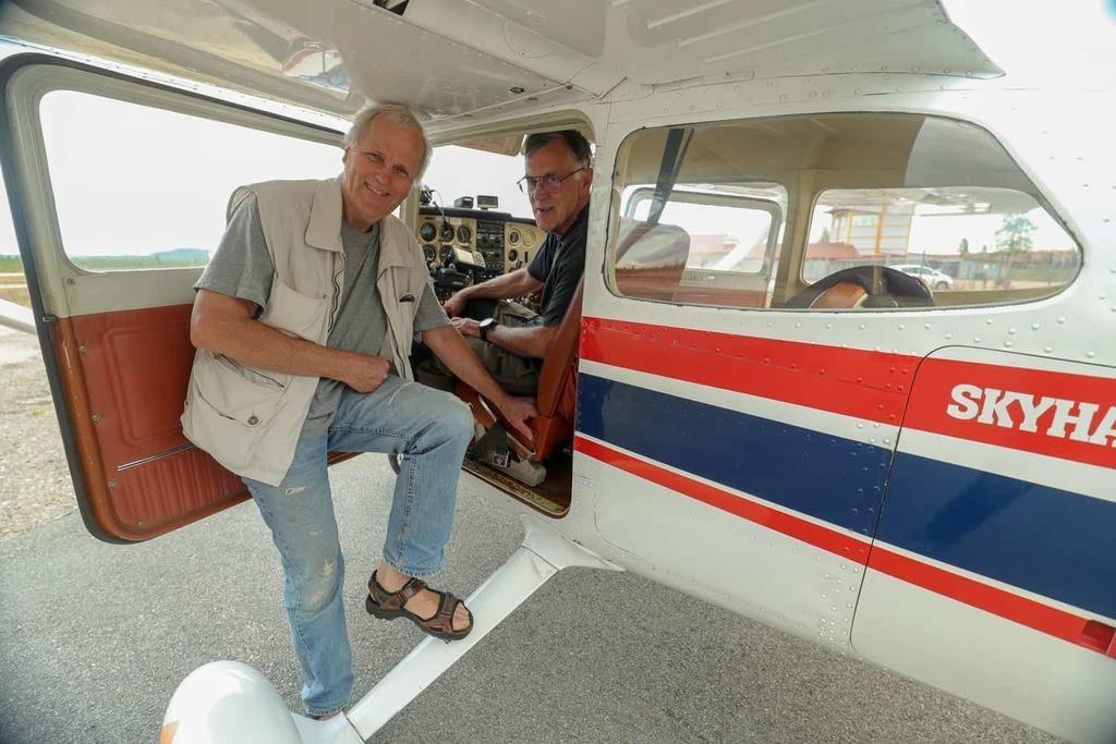 """Börje Jonasson i förarsätet och Rikard Lilljeqvist vid flygplanstypen Cessnan som används för skogsbrandflyg på uppdrag av Länsstyrelsen, flygarutbildning och upptäcktsresor inom och utom Härjedalen för intresserade som vill uppleva den skönhet och spänning som finns i flygandet. Eller som Rikard, ordförande i flygklubben, uttrycker det """"skulle med glädje se att fler inser hur roligt det är att flyga och välkomnar därför den som är intresserad att ta kontakt, kanske för en flygtur, eller kanske för att bli medlem och börja flyga själv. Vi är i behov av rekrytering av nya flygentusiaster."""" Foto: Morgan Grip"""