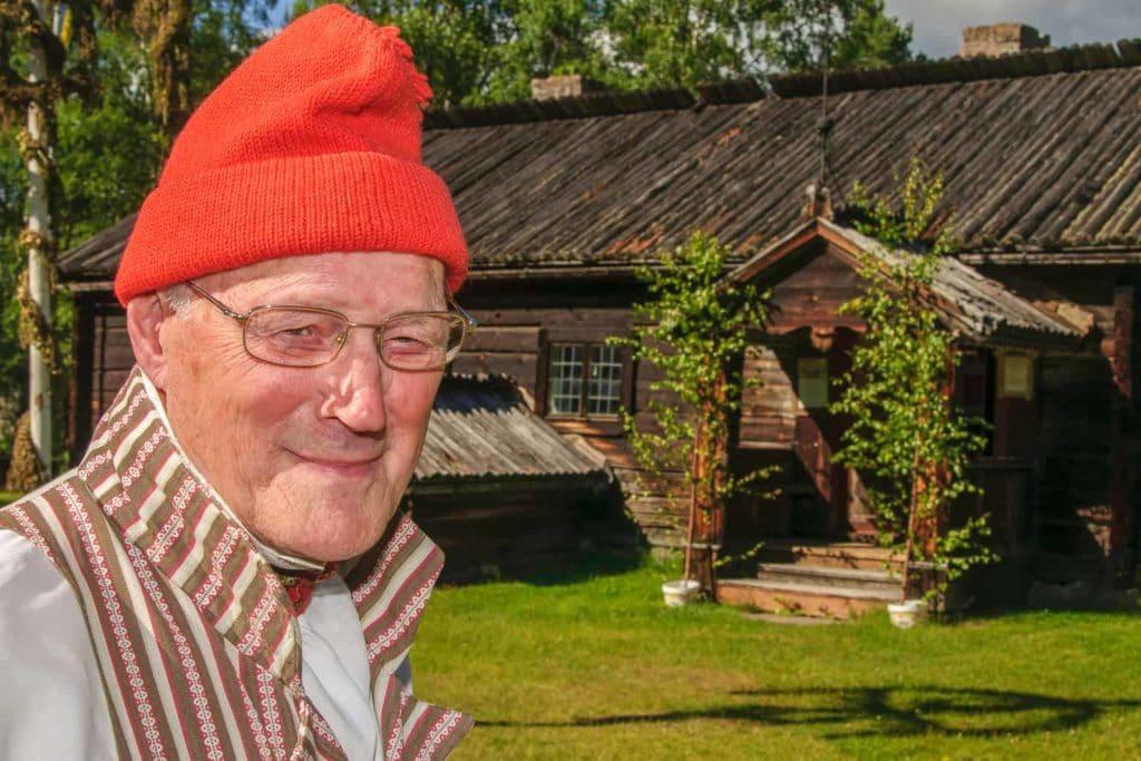 """Hans """"Hans Ersa"""" Eriksson (1928-2017) framför Herröstugan på Gammelgården. Påminner oss om det viktiga att hålla historien levande, nestor och eldsjäl som han var på släkt- och bygdeområdet. Foto: Staffan Söder"""
