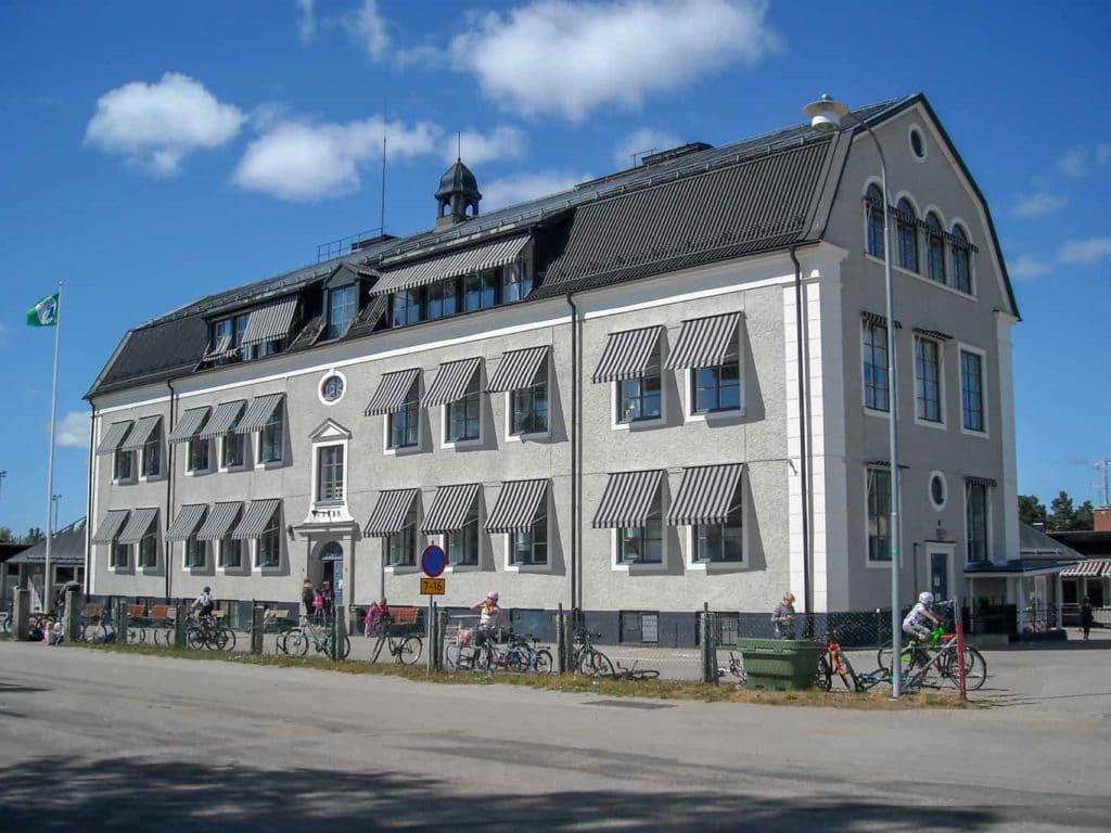 Norra Skolan som stod färdigbyggd 1928 men startade upp först 1929, således 90-årsjubileum nästa år att tänka på för lärare, elever och före detta elever, göra något festligt av det hela. Foto: Mats Haldosén