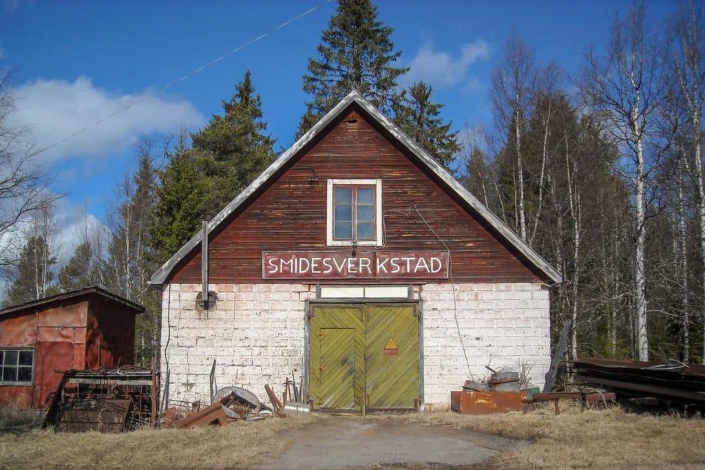 John Modéns smedja i Nordhanå, Lillhärdal, som tagen ur en amerikansk mellanvästernfilm längs Route 66, byggd av smeden Sandstedt 1933 och mellan åren 1950-2018 i John Modéns regi. Foto: Mats Haldosén