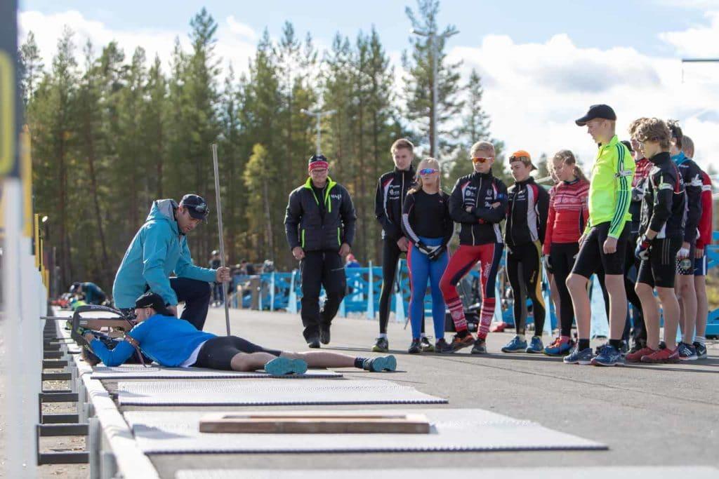 Drygt 50 skidskyttar mellan 10-15 år från hela länet finns i Sveg och de har god hjälp av många kunniga ledare. Foto: Morgan Grip