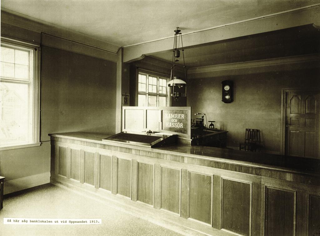 Interiör från nybyggda Sparbanken 1913 med den tidens kontorsmiljö, väsensskild dagens. Bild: Swedbank Sveg, gåva av Lars-Erik Larsson