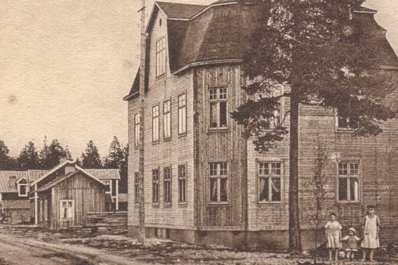 Amerikahuset färdigbyggt 1922. Högsta byggnaden i Kåkstaden där både höjden och byggnadsstilen imponerade på mänga, inte bara på vuxna utan även som här med stoltserande barn i förgrunden. Foto: privat