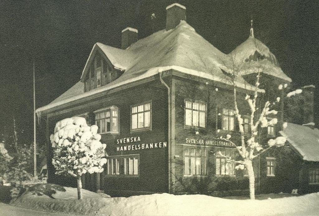 Vacker vinterbild på Svenska Handelsbankens hus i korsningen Härjedalsgatan/Jämtlandsgatan. Bild: Handelsbanken i Sveg