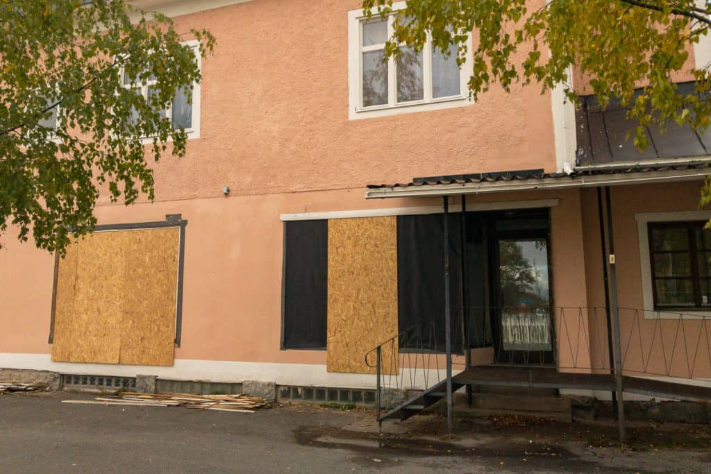 Den tomma affärslokalen har inte gått att hyra ut och ombyggnationen till lägenhet är nu i full gång. Foto: Morgan Grip