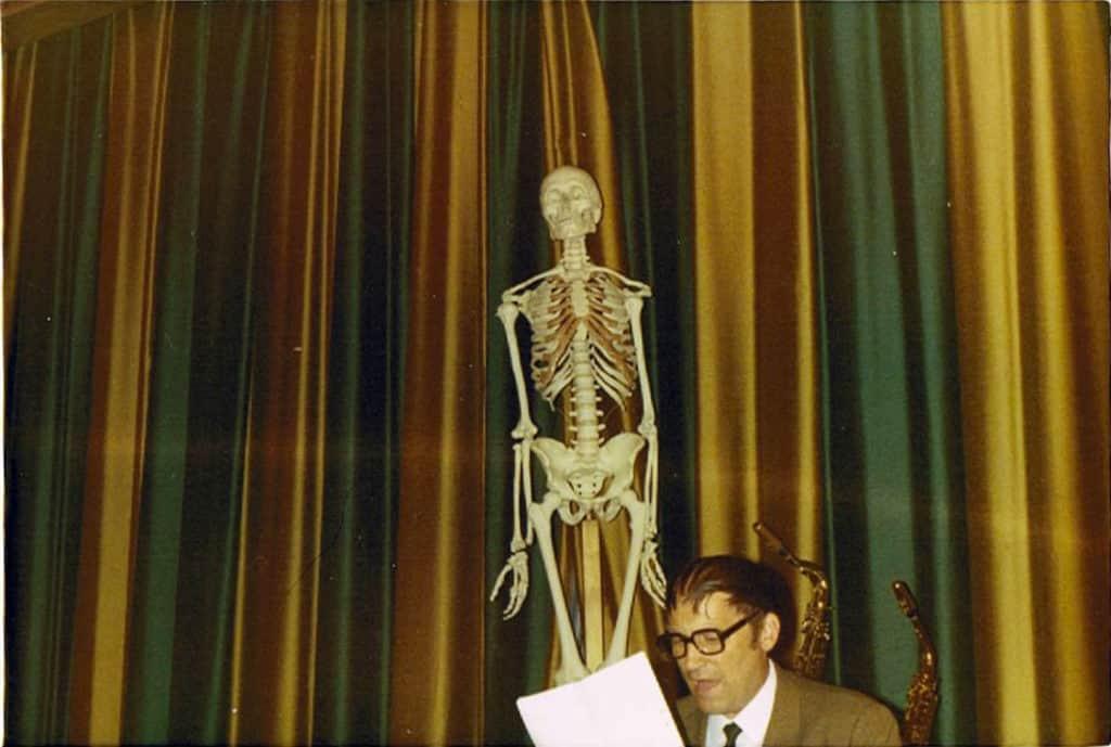 Torsten Hagberg (1919-1987) i sällskap med Ben Rangel. Tacktal till Hildegard Joelsson för åren hon undervisade vid såväl realskolan, korrespondensgymnasiet som grundskolans högstadium. Skelettet symboliserar Hildegards uppskattade ämnesundervisning i biologi. Foto: Bo Jansson