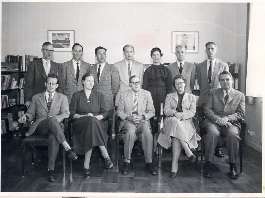 """Rektor och lärare, foto från 1956-1958.Fotografi från 1956-1958. Övre raden från vänster: folkskollärare Bertil Risberg (musik), extra ordinarie adjunkt Nils Eklund (kristendomskunskap, historia och samhällslära), Seved Stener (teckningslära), folkskollärare Torsten Hagberg (matematik och fysik), Vivianne (f. Jonasson i Sveg) gift med, till höger om henne, Thor Björn Folestad till och längst ut gymnastikdirektör Nils """"Fabben"""" Fabricius som tillträdde sin tjänst höstterminen 1956 efter Ingmar Jansson. Nedre raden från vänster: Torbjörn Lindberg, Ingrid """"Gavelina"""" Gavelius (svenska, tyska och kristendomskunskap), rektor Gereon Danielsson (engelska, tyska och franska) som lämnade rektorstjänsten i och med vårterminen 1958, Kerstin Löfgren och Georg Sundberg. Foto: privat"""