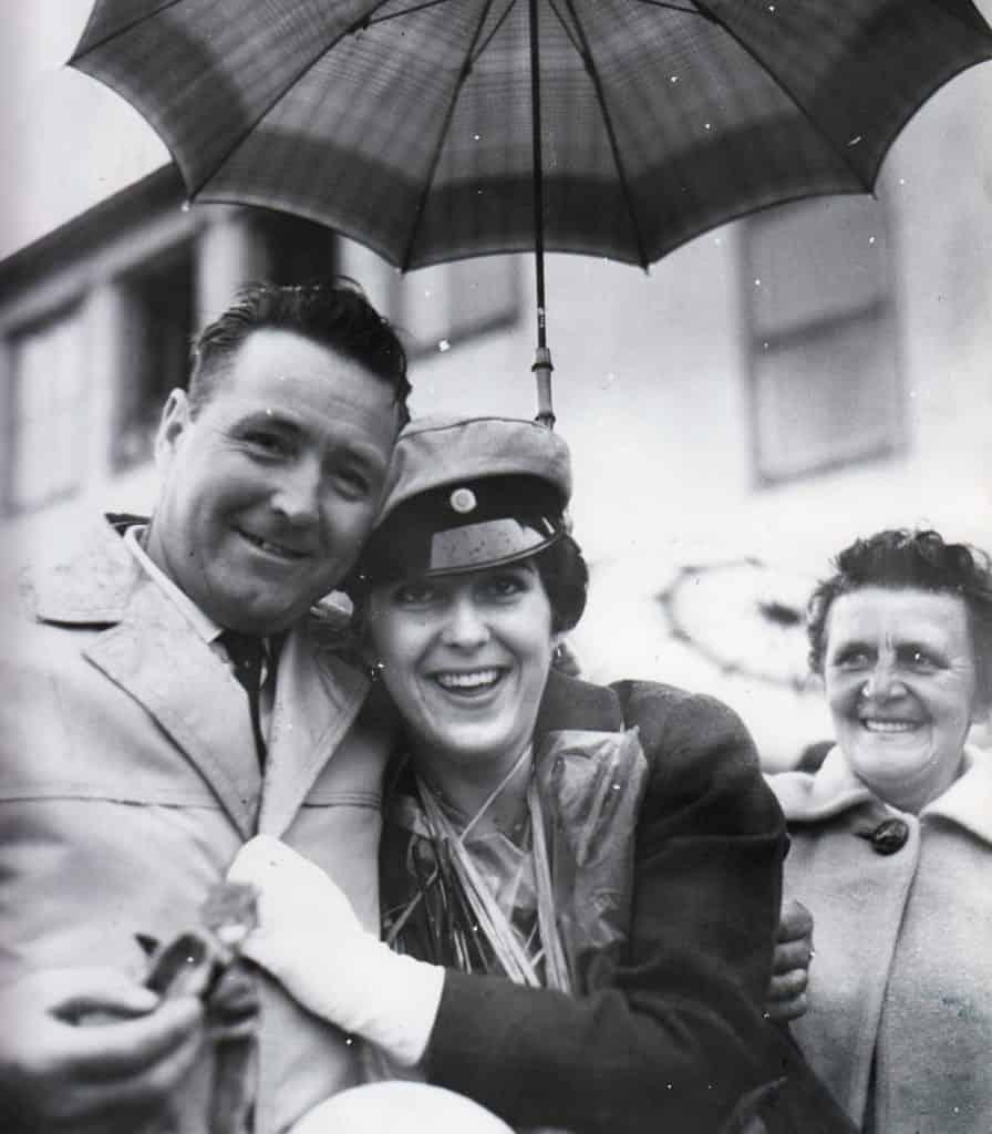 Den 21 maj 1961. Regnet kunde inte dämpa glädjen när pappa Bruno Wåger i skydd av regnet gav dottern Barbro gratulationskramen. En glädje som delades av Karin Löfgren till höger. Foto: privat