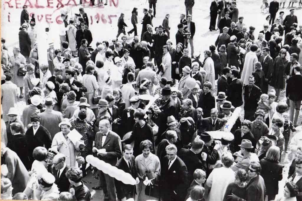 """Examensdag med mycket folk församlade på skolgården i väntan på det så kallade """"utspringet"""". Foto: privat"""