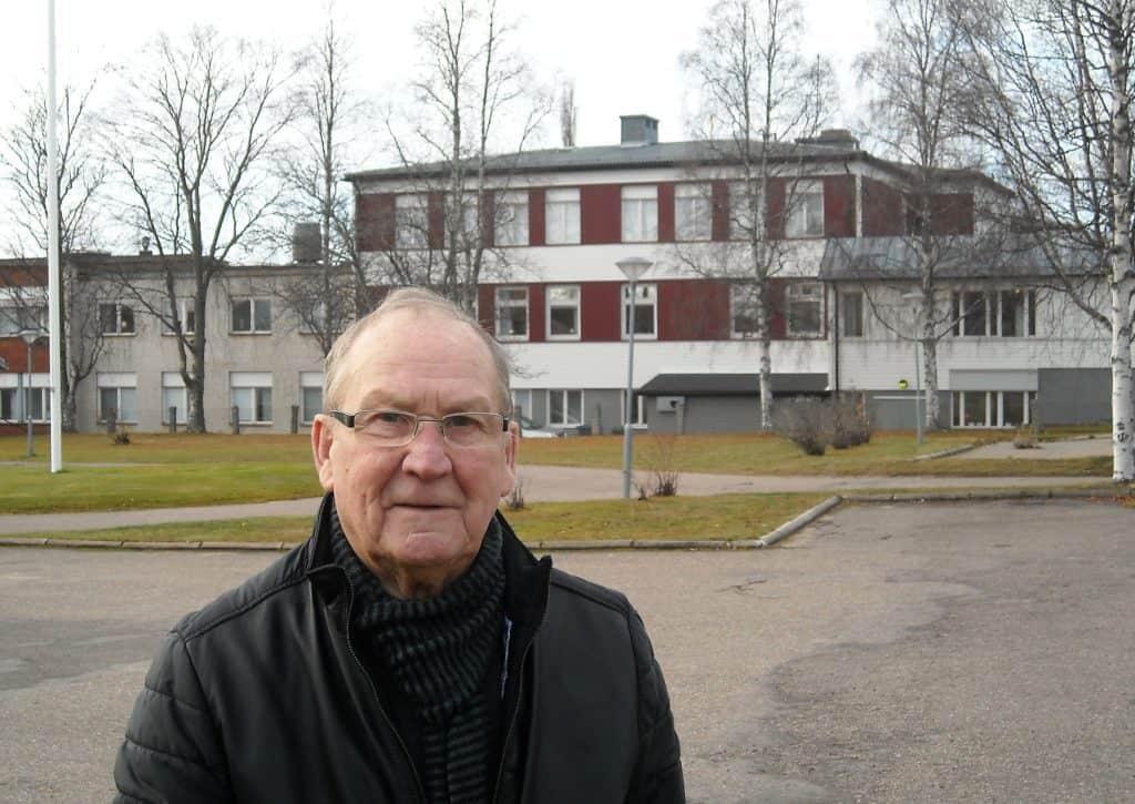 Rolf Emanuelsson, 87 år, yrkesvalslärare i 13 år (varav tre år i Lit), studierektor i 13 år och rektor i 13 år vid Södra Skolan, här framför skolan och rektorsrummet som låg på första våningen, en skola han trivdes alldeles utmärkt i. Foto: Mats Haldosén