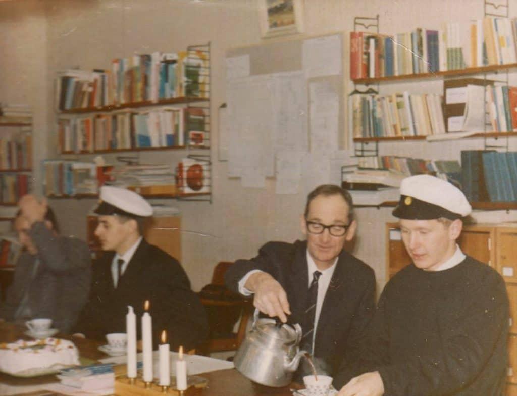 Första studentexamen vid Korrespondensgymnasiet i Sveg 1966. Här på fotot två av de fyra studenter som var först ut att klara av studentexamen. Till vänster Tord Johansson från Duvberg och Sven-Arne Pålsson från Ytterhogdal som bjuds på kaffe av en nöjd rektor Nils Eklund. Saknas på fotot Härje Jonasson och Lars-Olof Eliasson, båda Överberg, som var på annat håll. Ett halvår senare var det dags för huvudgruppen studenter att ta sin efterlängtade studentexamen. Foto: Bo Jansson