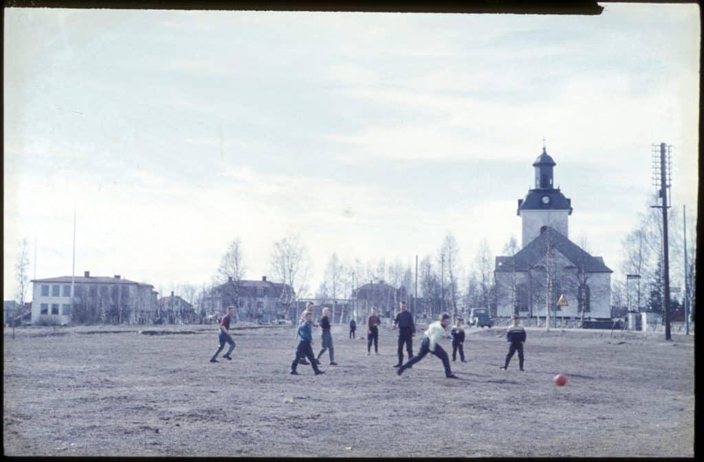 Populärt tillhåll för de fotbollsintresserade grabbarna, ängen bortom skolan som låg snett ovan prästgården, idag ICA:s parkering. Foto: Bo Jansson