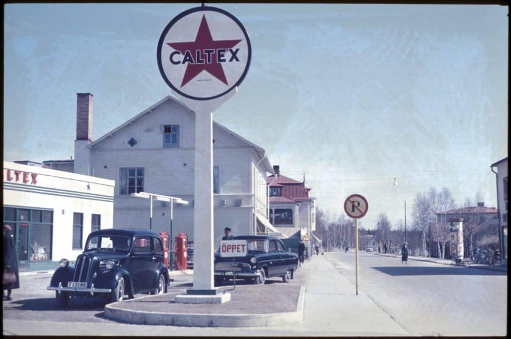 Skolans närmiljö med Caltex bensinstation bredvid Special Konsum och lite längre bort Forslins livsmedelsaffär, idag Rosa Huset. Till höger skymtar Axel Dahlins velociped (cykel) och mopedaffär. Foto: Bo Jansson