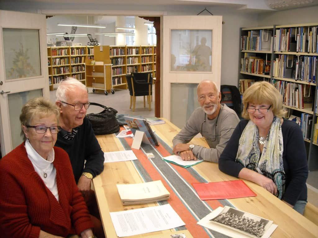 Nostalgitripp i Hälsingerummet i Ljusdals bibliotek. Sonia Nyström, 81 år, född Nylund i Lillhärdal, och maken Bengt, 79 år, vänster sida av bordet i sällskap med Agneta Svedberg, 72 år, uppvuxen i Sveg med efternamnet Eklund, och Bertil Nyström, 80 år, som liksom broder Bengt är född och uppvuxen i den del av Sveg som fortfarande benämns Kåkstaden. Foto: Mats Haldosén