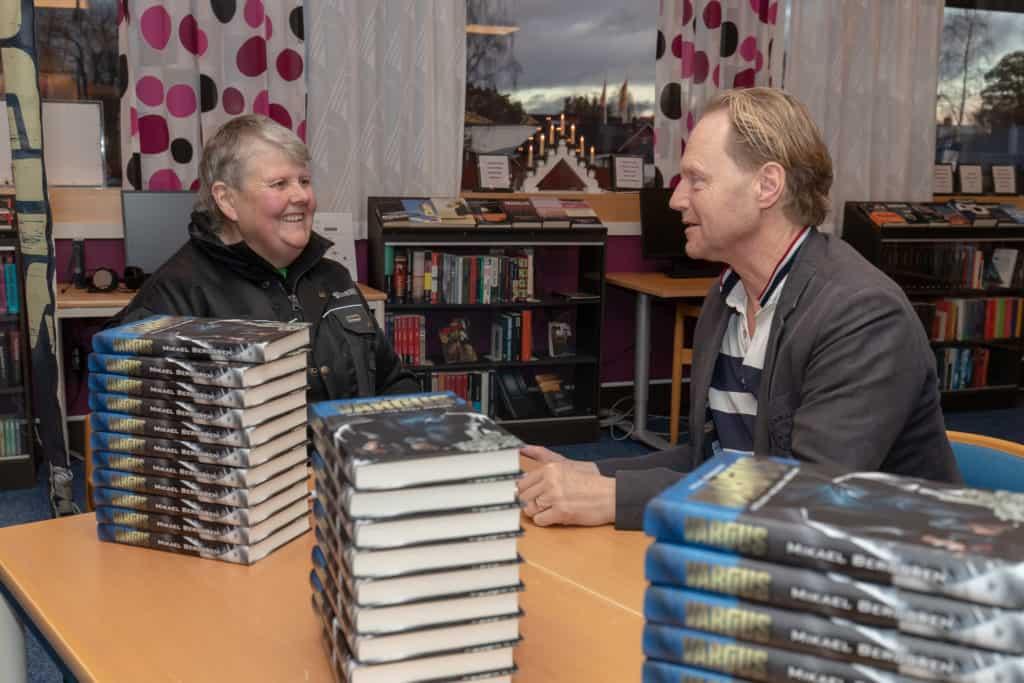 En av Mikaels klasskamrater från skoltiden i Sveg, Ann-Kristin Olofsson, tittade förbi boksigneringen och många glada minnen från skoltiden i Sveg återupplivades. Foto: Morgan Grip