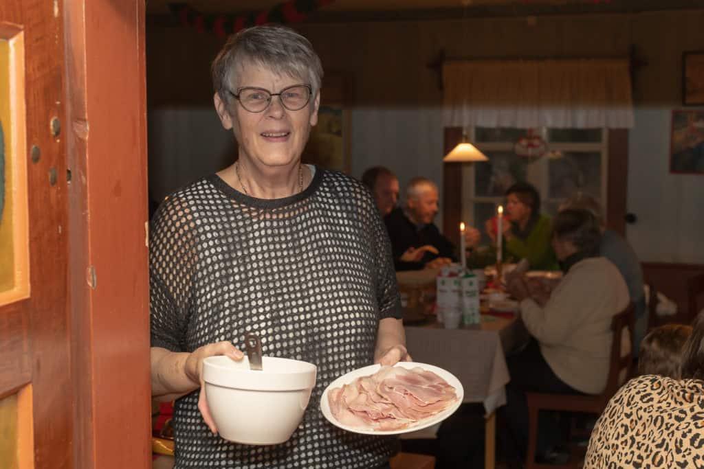 – Det är stor uppslutning. Riktigt kul att det kommer mycket folk, det brukar vara runt 170 personer som kommer och går under de tre timmar vi har öppet, berättar Martha Holm, ordförande i Älvros hembygdsförening.