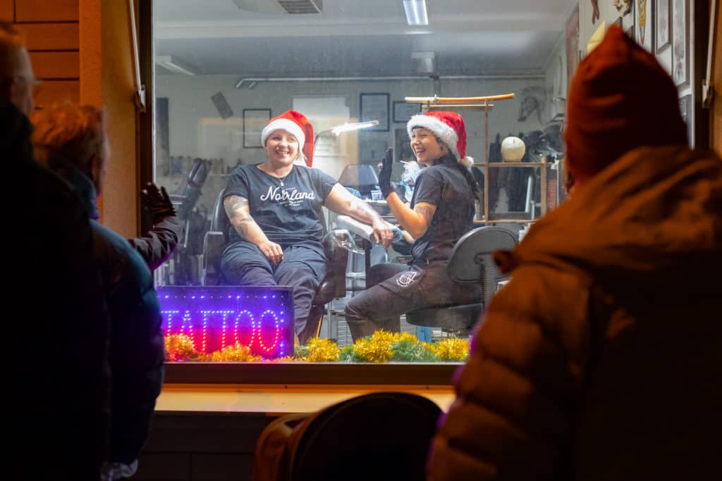 I Alternative Arts skyltfönster kunde man se när tatueraren Anna Westman satte nålen i Kicki Lundström. Foto: Morgan Grip