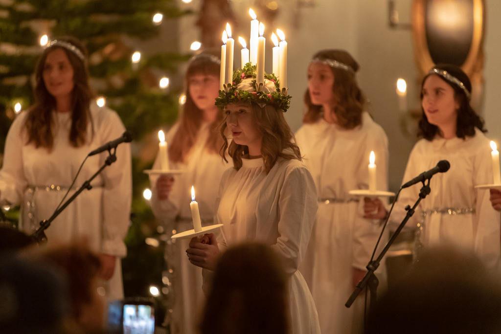 Med vacker sång och brinnande stearinljus skred årets lucia Tilda Hansson in i Svegs kyrka med sina tärnor och spred ljus och värme i kyrkbänkarna. Foto: Morgan Grip