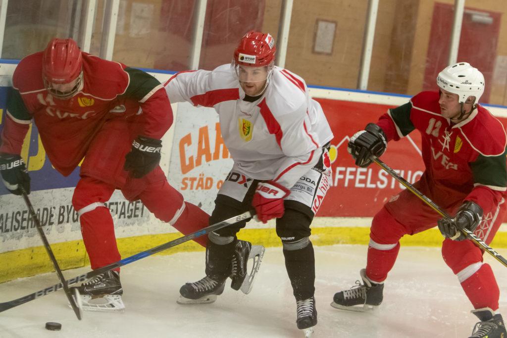 Hemvändarnas Niklas Nilsson, till vardags i Kalix HC i Hockeyettan, i kamp med Svegs William Woxlin och Jens Johansson. Foto: Morgan Grip