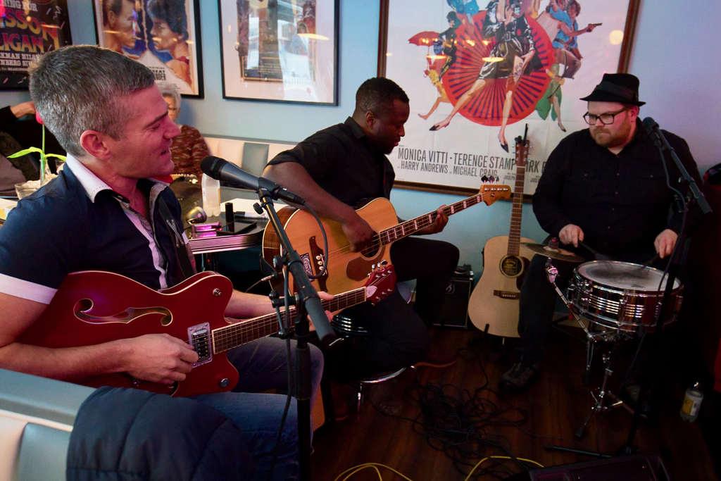 Bluesigt skivsläpp på Café Cineast när bluestrion Shady Frank bjöd in till releasefest. Foto: Morgan Grip