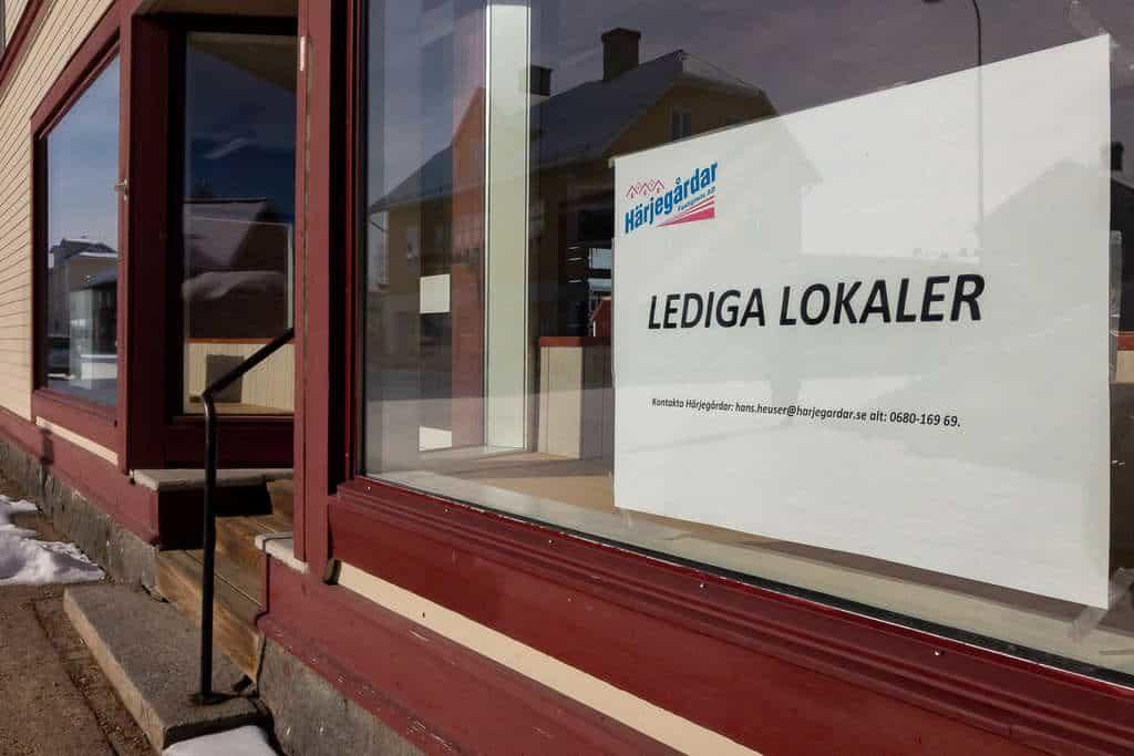 E-handeln växer medan butiksdöden blir allt mer synlig. Här en ledig butikslokal i Sveg just nu. Foto: Morgan Grip