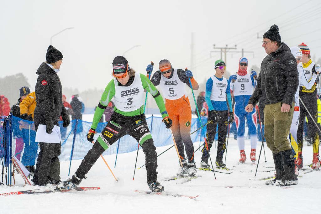 Thim Modig från Härjedalens gymnasium släpps iväg av tävlingens starters Härjedalens kommuns kommunchef Gunnel Gyllander och kommunalrådet Anders Häggkvist (C). Foto: Morgan Grip
