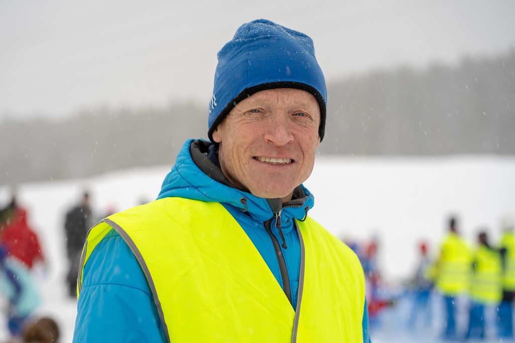 – Att ha närmare 500 anmälda skidåkare innebär att vi är Jämtlands störst skidtävling bland de yngre åkarna. Tävlingen är kanske Sveriges äldsta skolidrottstävling med sina 79 år, nästa år kör vi i Lillhärdal, säger Håkan Degselius, tävlingsledare och till vardags idrottslärare vid Norra skolan i Sveg. Foto: Morgan Grip