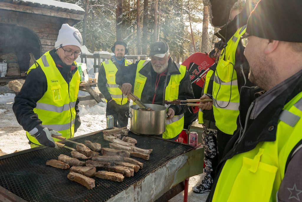 Glada grillare såg till att både fiskare och besökare till lördagens ismässa inte behövde gå hungriga. Foto: Morgan Grip